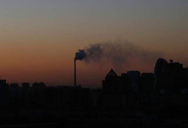 6月1日、米カリフォルニア州のジェリー・ブラウン知事はロイターの電話インタビューに応じ、アジアを今週訪問する際、温室効果ガス排出量取引の市場に関する連携を中国と協議する方針を明らかにした。写真は北京で2013年11月撮影(2017年 ロイター/Kim Kyung-Hoon)