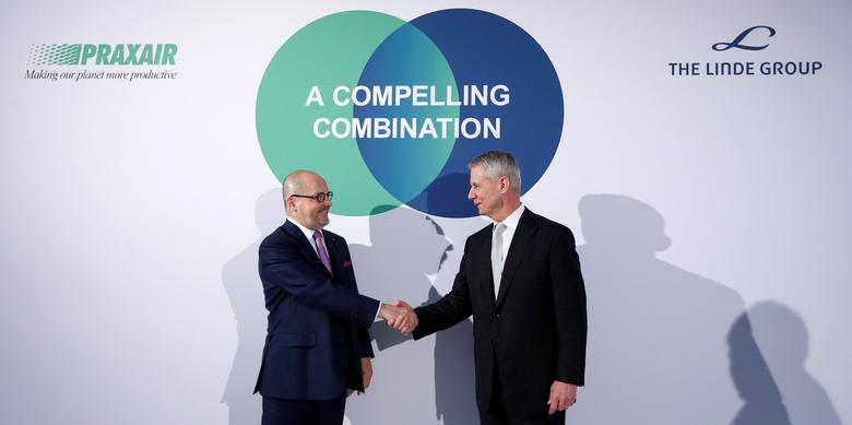 Linde Chief Executive Officer Aldo Belloni (L-R) and Praxair Chief Executive Officer Steve Angel shake hands at a news conference in Munich, Germany June 2, 2017. REUTERS/Michaela Rehle