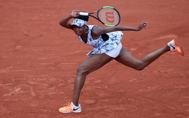 6月2日、テニスの四大大会第2戦、全仏オープン、女子シングルス3回戦、第10シードのビーナス・ウィリアムズ(写真)がエリーゼ・メルテンスに6─3、6─1で快勝し、4回戦に進んだ(2017年 ロイター/Christian Hartmann)