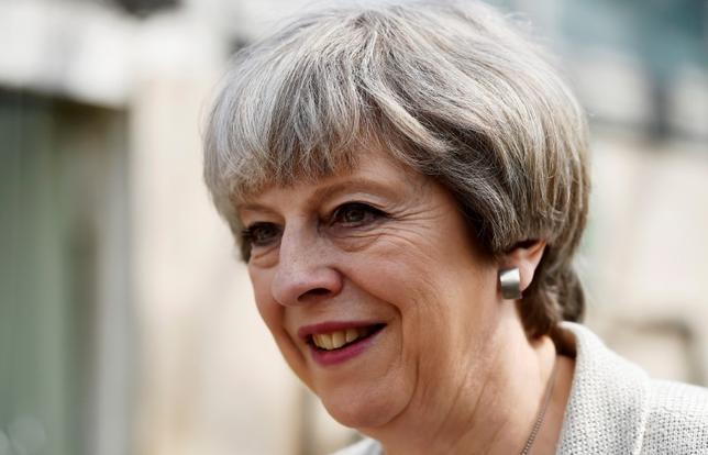 6月5日、ユーガブが公表した世論調査によると、6月8日に実施される英総選挙(下院、定数650)では、メイ首相(写真)率いる保守党が305議席を獲得すると見込まれている。ただ、過半数には21議席足りない見通し。写真はサウス・ヨークシャーで3日撮影(2017年 ロイター/Hannah McKay)