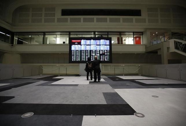 6月7日、前場の東京株式市場で、日経平均株価は前営業日比63円05銭安の1万9916円85銭となり、3日続落した。写真は東証で撮影、昨年2月撮影(2017年 ロイター/Issei Kato)
