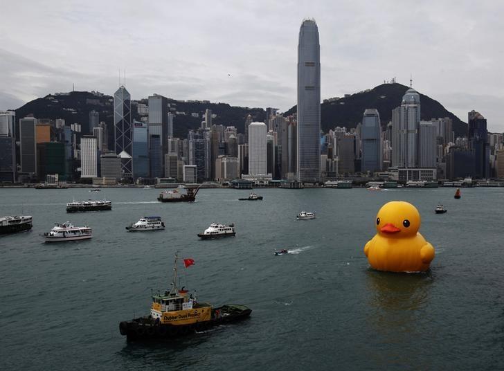 资料图片:2013年5月,香港维多利亚湾,一艘拖船拖拽着大黄鸭。REUTERS/Bobby Yip