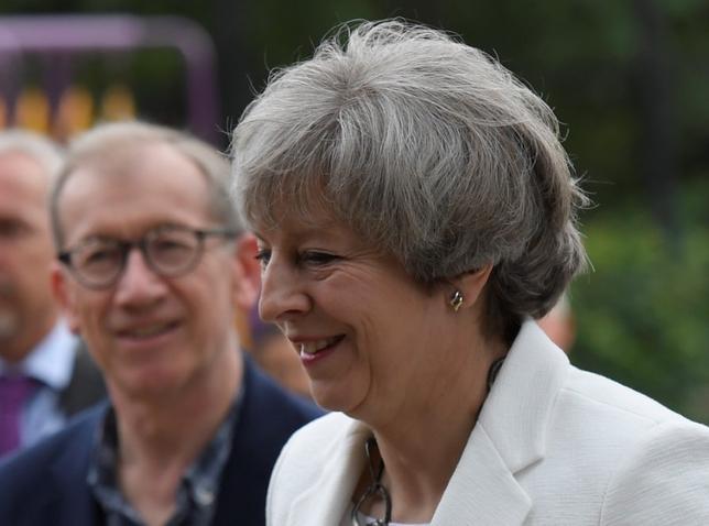 6月8日、英総選挙当日に公表された選挙戦最後の世論調査で、メイ首相率いる与党・保守党の野党・労働党に対するリードが8%ポイントと、前回調査時の5ポイントから拡大した(2017年 ロイター/Toby Melville)