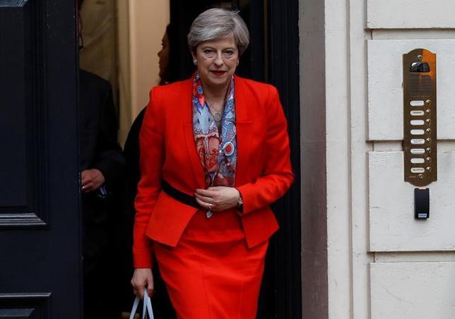 6月9日、英BBCの政治担当エディター、ローラ・クエンスバーグ氏は、メイ首相は辞任する意向はないとの見方を明らかにした。同氏はBBCラジオに「メイ首相はきょう辞任を表明する意向はない」と述べた。写真は選挙終了後、保守党の本部を出るメイ首相(2017年 ロイター/Peter Nicholls)