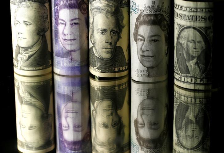 资料图片:2017年4月,美元和英镑现钞。REUTERS/Dado Ruvic