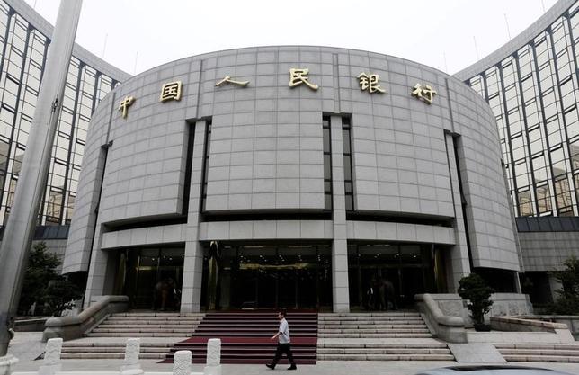 6月12日、ロイターが市場関係者を対象に実施した調査によると、10人中6人は、米連邦準備理事会が今週利上げを決定した場合、中国人民銀行も短期金利を引き上げると予想している。人民銀、2013年撮影(2017年 ロイター/Jason Lee)