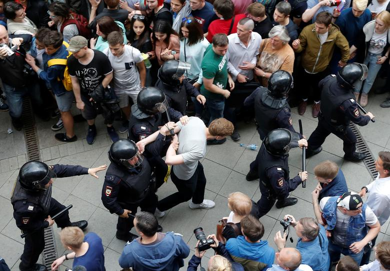 Riot police detain a demonstrator during an anti-corruption protest organised by opposition leader Alexei Navalny, on Tverskaya Street in central Moscow. REUTERS/Maxim Shemetov
