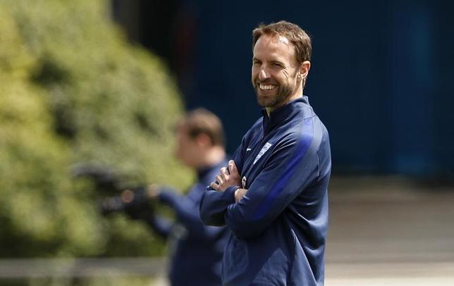6月12日、サッカーのイングランド代表を率いるガレス・サウスゲート監督(写真)は、13日のフランスとの親善試合では、前半と後半に別のゴールキーパーを起用すると明かした(2017年 ロイター)