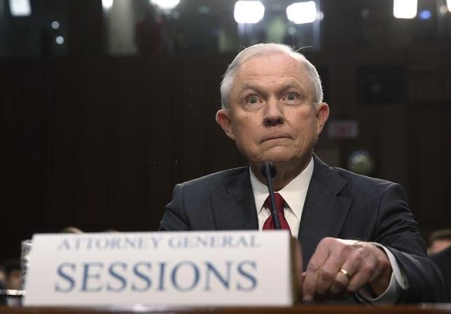 6月13日、セッションズ米司法長官(写真)が米上院情報委員会の公聴会で証言し、ロシアによる米大統領選介入疑惑で自身がロシア当局と結託していたとの憶測は「最低で忌まわしい嘘」と主張した。(2017年 ロイター/Jonathan Ernst)
