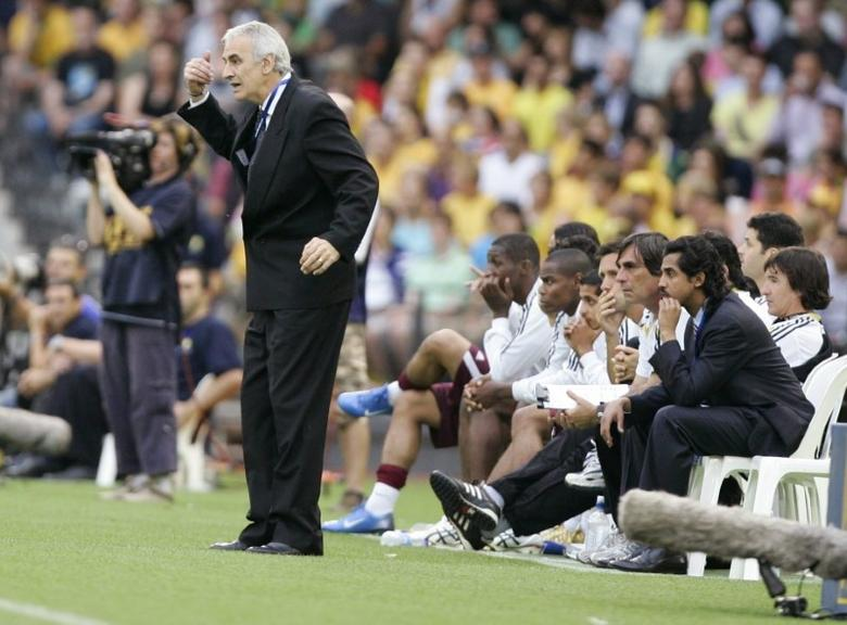 Football - Australia v Qatar 2010 World Cup Qualifying - Asian Section Round Three Group One - Telstra Dome, Melbourne, Australia - 6/2/08 Qatar coach Jorge Fossati gives instructions to his team  Mandatory Credit: Action Images / Brandon Malone Livepic
