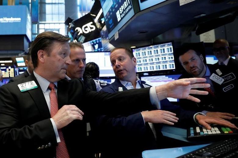 资料图片:2017年6月,纽约证交所内交易员的工作场景。REUTERS/Brendan McDermid