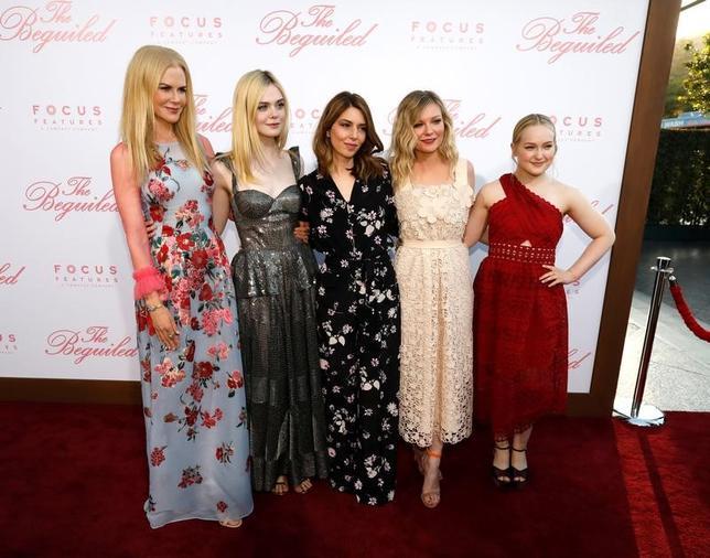 6月13日、米女性映画監督ソフィア・コッポラ(写真中央)の新作映画「The Beguiled(原題)」のプレミアイベントが12日夜ロサンゼルスで開催され、コッポラ監督はじめ、出演キャストのニコール・キッドマン、エル・ファニング、キルスティン・ダンスト、エマ・ハワード(左から右)らがレッドカーペットに登場した(2017年 ロイター/Mario Anzuoni)