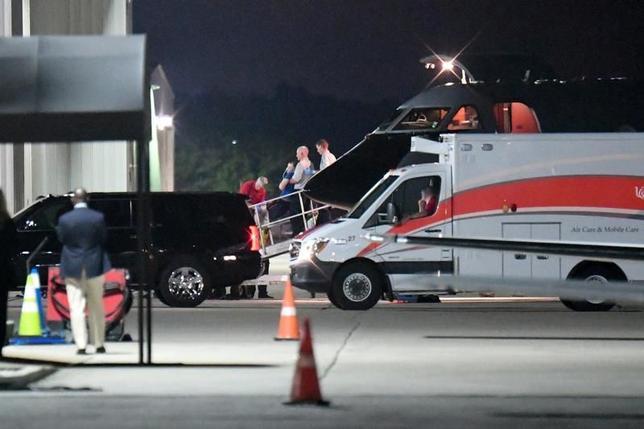6月15日、北朝鮮は、1年5カ月にわたって身柄を拘束していた米国人大学生オットー・ワームビア氏(22)を「人道的見地から」釈放したと発表した。写真はワームビア氏と思われる人物が医療用輸送機から運び出される様子。オハイオ州シンシナティで13日撮影(2017年 ロイター/Bryan Woolston)