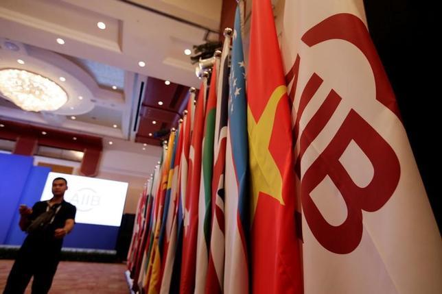 6月15日、アジアインフラ投資銀行は、計3億2400万ドルの融資2件と株式投資1件を承認したと発表した。北京で昨年6月撮影(2017年 ロイター/Jason Lee)