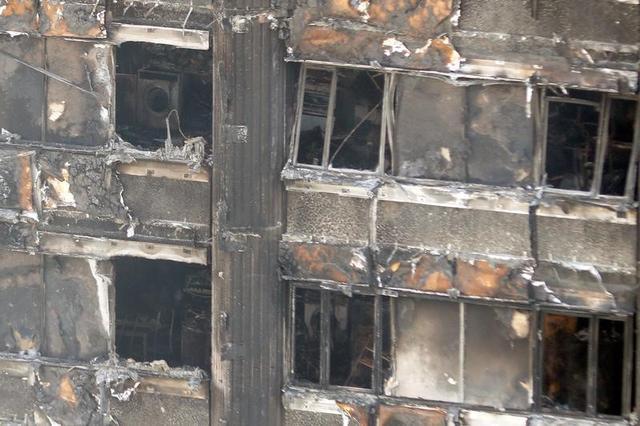 6月15日、火災で黒焦げになった姿をさらすグレンフェル・タワー(2017年 ロイター/Peter Nicholls)