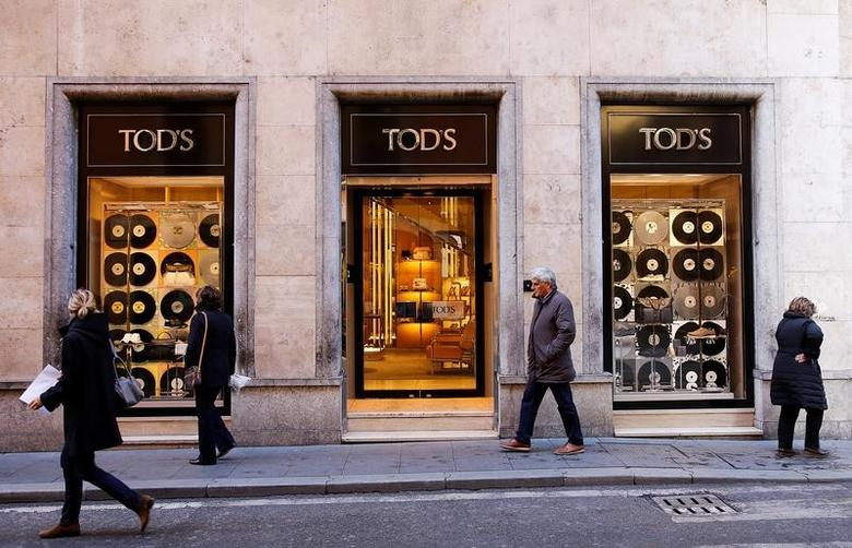 People walk past a Tod's shop in downtown Rome, Italy February 10, 2016. REUTERS/Tony Gentile/File Photo