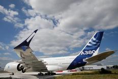 طائرة إيرباص إيه380 في لو بورجيه بباريس في صورة التقطت يوم السبت. تصوير: باسكال روزينيول - رويترز.