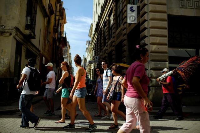 Tourists walk in Havana, Cuba June 17, 2017. REUTERS/Alexandre Meneghini