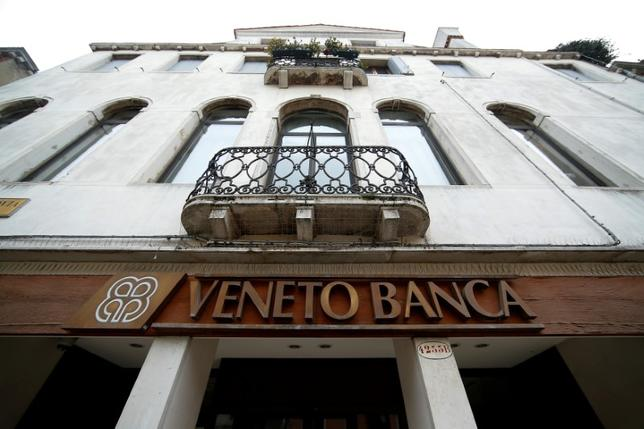 6月18日、イタリア政府は、経営が悪化している地銀ベネト・バンカとバンカ・ポポラーレ・ディ・ビチェンツァ[BPVS.UL]を縮小するという考えに反対する意向を示した。関係者が明かした。写真はベネト・バンカのロゴ、2016年1月ベニスで撮影(2017年 ロイター/Alessandro Bianchi)