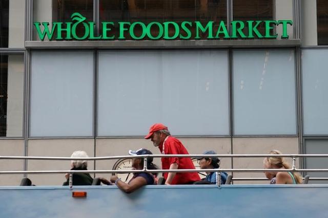 6月18日、米アマゾンが、実店舗分野で圧倒的存在感を占めるウォルマートへの対抗策を打ち出してきた。自然・有機食品小売り大手ホールフーズ・マーケットを140億ドルで買収すると発表したのだ。写真はニューヨーク市で16日撮影(2017年 ロイター/Carlo Allegri)