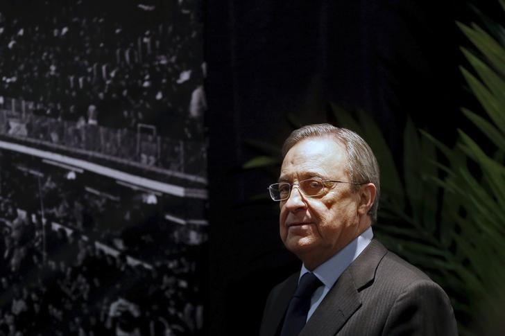 Real Madrid's President Florentino Perez arrives to a news conference at Santiago Bernabeu stadium in Madrid, Spain, November 23, 2015. Real Madrid president Florentino Perez has called a news conference to face the media after Saturday's humiliating 4-0 La Liga defeat at home to Barcelona in the 'Clasico' soccer match. REUTERS/Juan Medina