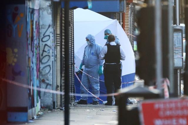 6月19日、地元警察によると、未明に発生した英ロンドン北部フィンズベリー・パークのモスクを訪れていた信者たちにバンが突っ込んだ事件で、1人が死亡、10人が負傷した。同事件は現在、テロ対策当局が捜査を進めている(2017年 ロイター/Neil Hall)