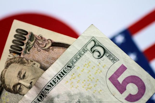 6月19日、午後3時のドル/円は、前週末ニューヨーク市場午後5時時点に比べ、ややドル高/円安の111円付近だった。午前は株価の上昇に連れ高となったが、その後は手がかり材料に乏しく111円を挟んで小動きとなった。写真は6月撮影(2017年 ロイター/Thomas White)