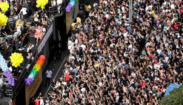 6月18日、ブラジルのサンパウロで、毎年恒例の同性愛者らのイベント「ゲイ・プライド・パレード」が行われた。世界中から集まった何十万人もの参加者や見物人で、街中がお祭り騒ぎとなった(2017年 ロイター/Paulo Whitaker)