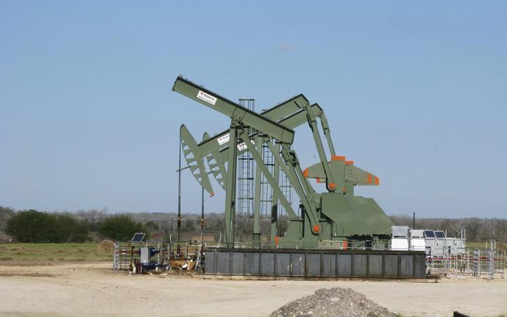 FILE PHOTO - A pump jack used to help lift crude oil from a well in South Texas' Eagle Ford Shale formation stands idle in Dewitt County, Texas, U.S. on January 13, 2016.     REUTERS/Anna Driver/File Photo