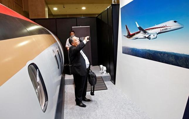 6月19日、三菱重工業子会社の三菱航空機は、2040年近辺までに国産ジェット旅客機「三菱リージョナルジェット(MRJ)」を1000機以上、販売する方針を示した。写真はMRJのポスター、都内で2016年10月撮影(2017年 ロイター/Kim Kyung-Hoon)