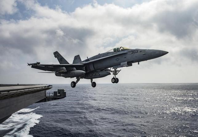 6月19日、米国とロシアの緊張関係がシリア問題で高まっている。写真は米海軍の戦闘機。地中海で昨年6月撮影。提供写真(2017年 ロイターU.S. Navy/Mass Communication Specialist 2nd Class Ryan U. Kledzik/Handout via Reuters)