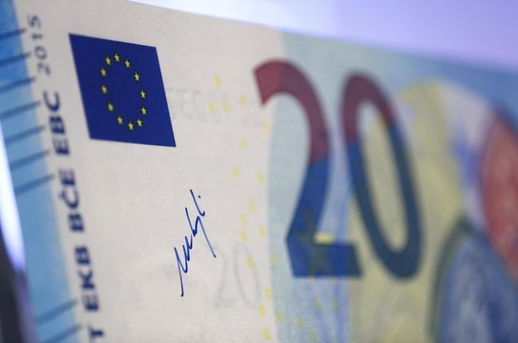 The signature of President of the European Central Bank (ECB) Mario Draghi is written upon an outsized specimen new 20 Euro banknote at the ECB headquarters in Frankfurt February 24, 2015.   REUTERS/Ralph Orlowski (GERMANY  - Tags: BUSINESS)