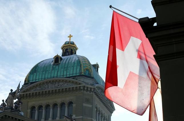 6月20日、スイス経済省経済事務局(SECO)は最新の経済見通しで、2017年の成長率予想を引き下げた。ベルンで16日撮影(2017年 ロイター/Denis Balibouse)