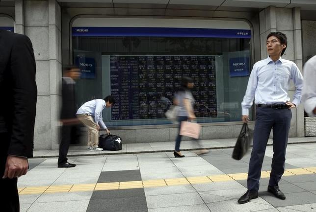 6月21日、寄り付きの東京株式市場で、日経平均株価は前営業日比38円25銭安の2万0192円16銭となり、反落して始まった。都内で2015年9月撮影(2017年 ロイター/Issei Kato)