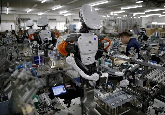 6月のロイター企業調査によると、今後3年間、国内もしくは海外で設備投資を「拡大する」と回答した企業はいずれの地域でも5割を下回った。埼玉県加須市の工場で2015年7月撮影(2017年 ロイター/Issei Kato/File Photo)
