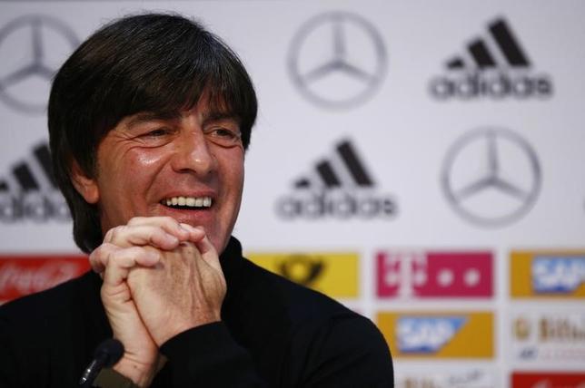 6月21日、サッカーのドイツ代表を率いるヨアキム・レーウ監督(写真)は、22日のコンフェデ杯1次リーグB組のチリ戦で通算100勝目を目指す。独カーメンで5月撮影(2017年 ロイター)