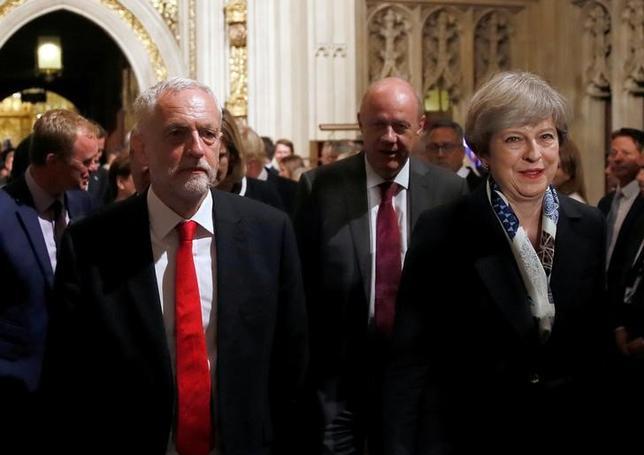 6月23日、英紙タイムズが発表した調査会社ユーガブの世論調査によると、野党・労働党のコービン党首(左)の支持率が与党・保守党のメイ首相を初めて上回った。写真は国会議事堂で21日撮影(2017年 ロイター/STEFAN WERMUTH)