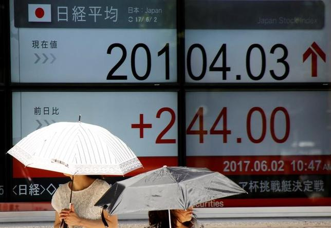 6月26日、今週の東京株式市場は、底堅い展開となりそうだ。米経済指標を受けた米長期金利や米株の反応、国内小売企業の決算発表など内外の動向に注目が集まる。都内で2日撮影(2017年 ロイター/Toru Hanai)