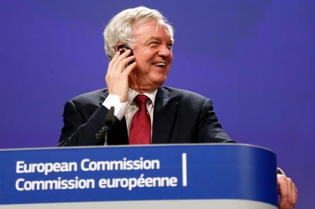6月25日、英国のデービスEU離脱担当相(写真)は、離脱交渉について、良い条件で合意できると「確信している」と述べるとともに、1─2年の移行措置が合意内容に含まれるとの見通しを示した。ブリュッセルで19日撮影(2017年 ロイター/Francois Lenoir)