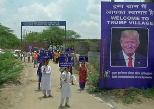 6月23日、インドでトイレ普及活動を手掛ける慈善団体がトランプ米大統領の知名度を募金集めに生かそうと、北部ハリヤナ州の小村を「トランプ村」と名付けた。写真は設置された標識。Core News、EBU提供の動画から(2017年 ロイター)