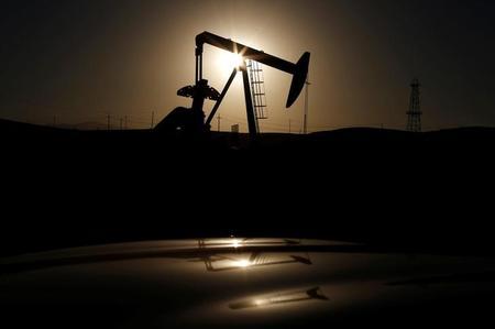 النفط يغلق مرتفعا لكن تنامي المعروض الأمريكي يقيد مكاسب السوق