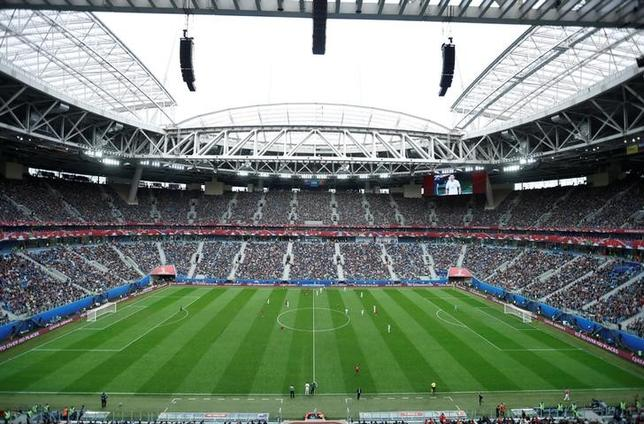 6月26日、国際サッカー連盟は、ロシアで開催されているコンフェデレーションズカップ、決勝戦(7月2日)の会場のピッチについて、本番までに準備は整うと自信を示した。写真は決勝の舞台、サンクトペテルブルク・スタジアム。サンクトペテルブルクで24日撮影(2017年 ロイター/Carl Recine)