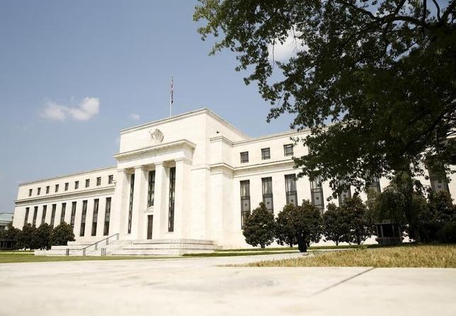 6月27日、フィラデルフィア連銀のハーカー総裁は、このところの軟調なインフレが一時的なものである公算が大きいことを踏まえると、FRBが年内あと1回の利上げを実施することは理に適うとの見解を示した。FRB本部ビル(2017年 ロイター/Kevin Lamarque )