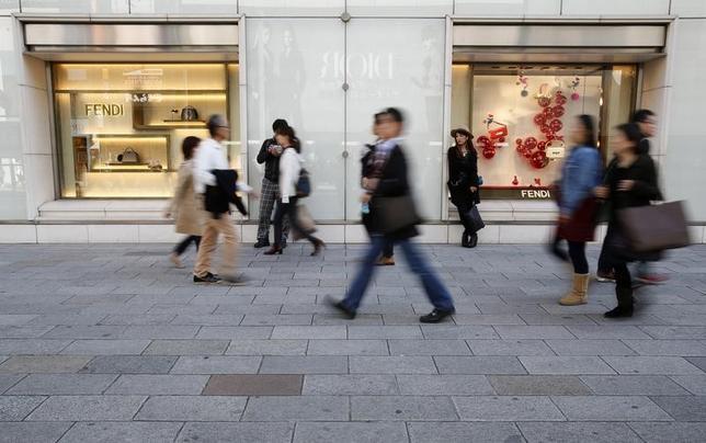 6月30日、総務省が発表した5月の家計調査によると、全世帯(単身世帯除く2人以上の世帯)の実質消費支出は前年比0.1%減となった。2014年11月撮影(2017年 ロイター/Yuya Shino)