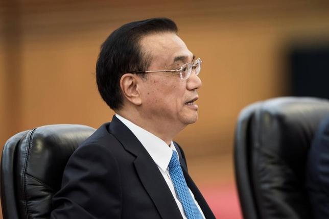 6月30日、中国の李克強首相(写真)は、経済成長を押し上げるために外国からの投資の「障壁を排除」し、雇用を創出する必要があるとの認識を示した。12日に代表撮影(2017年/Fred Dufour/Pool)
