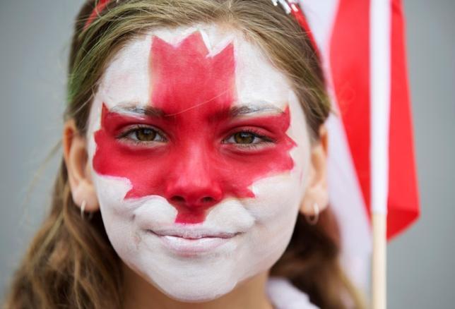 7月1日、カナダで建国150周年を祝う式典が行われ、豪雨のなか音楽やパレードなどの催しが繰り広げられた。写真はトロントで撮影したパレードの参加者(2017年 ロイター/Mark Blinch)