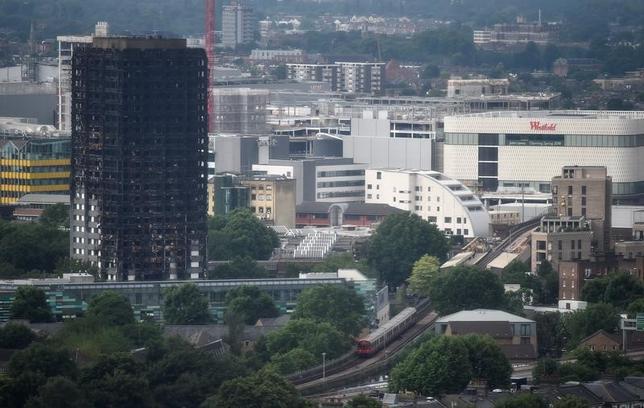 6月30日、英ロンドンの高層住宅「グレンフェル・タワー」(写真)で14日に発生し、79人が死亡した大規模火災の被害者たちの怒りは、火災前に出ていた安全面の懸念を無視した地区行政当局だけに向けられたのではなかった。彼らは、ジャーナリストたちに対しても怒っていた。6月29日撮影(2017年 ロイター/Hannah McKay)