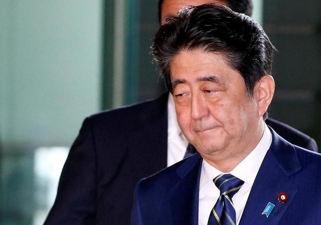 7月3日、都議選の歴史的な敗北から一夜明け、政府・与党内には結果を「謙虚に受け止める」との言葉が相次いで出た。写真は安倍首相(2017年 ロイター/Kim Kyung-Hoon)