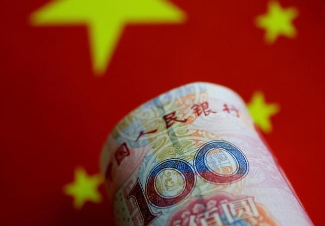 7月3日、中国の債券市場にとって、信用格付けの信用性が次のハードルとなりそうだ。写真は人民元紙幣。シンガポールで5月撮影(2017年 ロイター/Thomas White/Illustration)