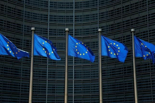 7月4日、ドイツ商工会議所連合会は4日、合意間近とされる日本とEUの経済連携協定(EPA)について、保護主義に対抗する象徴的で重要な一歩となるとし、ドイツ経済にも恩恵をもたらすとの見解を示した。写真はEUの旗、6月ブリュッセルで撮影(2017年 ロイター/Francois Lenoir)